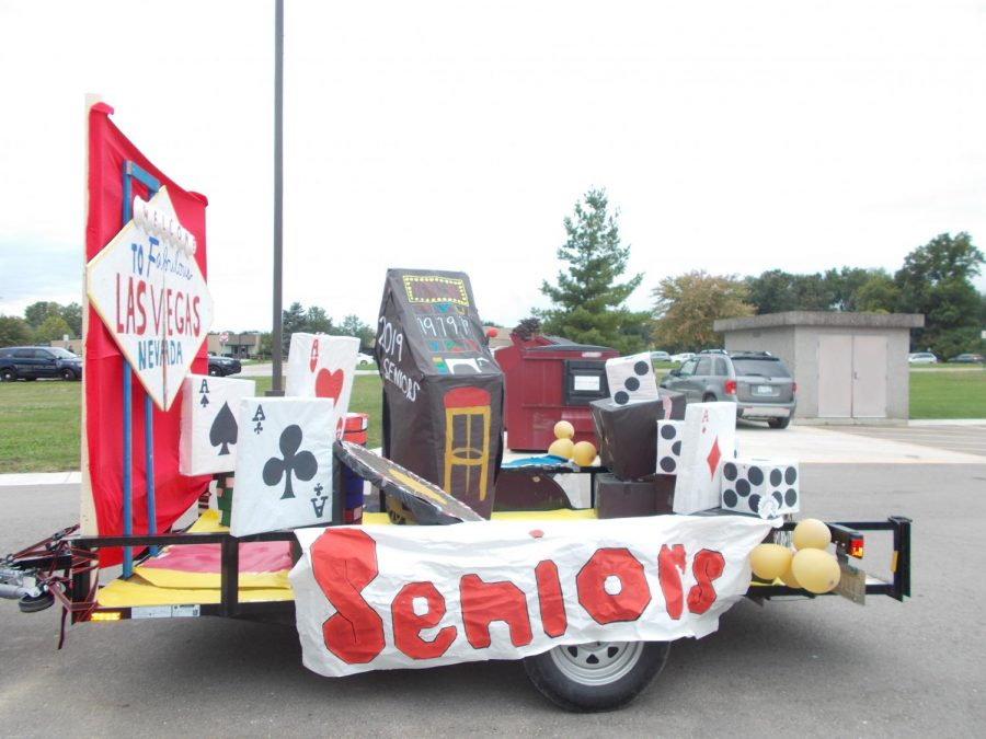 The+seniors%27+Las+Vegas-themed+float+features+life-sized+cards+and+gambling+dice.