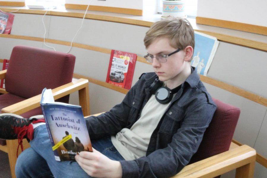 Freshman+AJ+Kowalak+reads+The+Tattooist+of+Auschwitz+in+the+media+center.